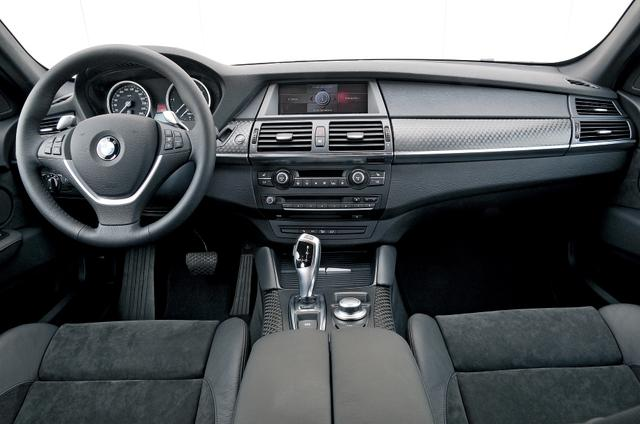 画像: インパネまわりのデザインはX5と共通となる。着座位置はX5よりもやや低めな印象だが、前方視界は十分に広く安心感がある。