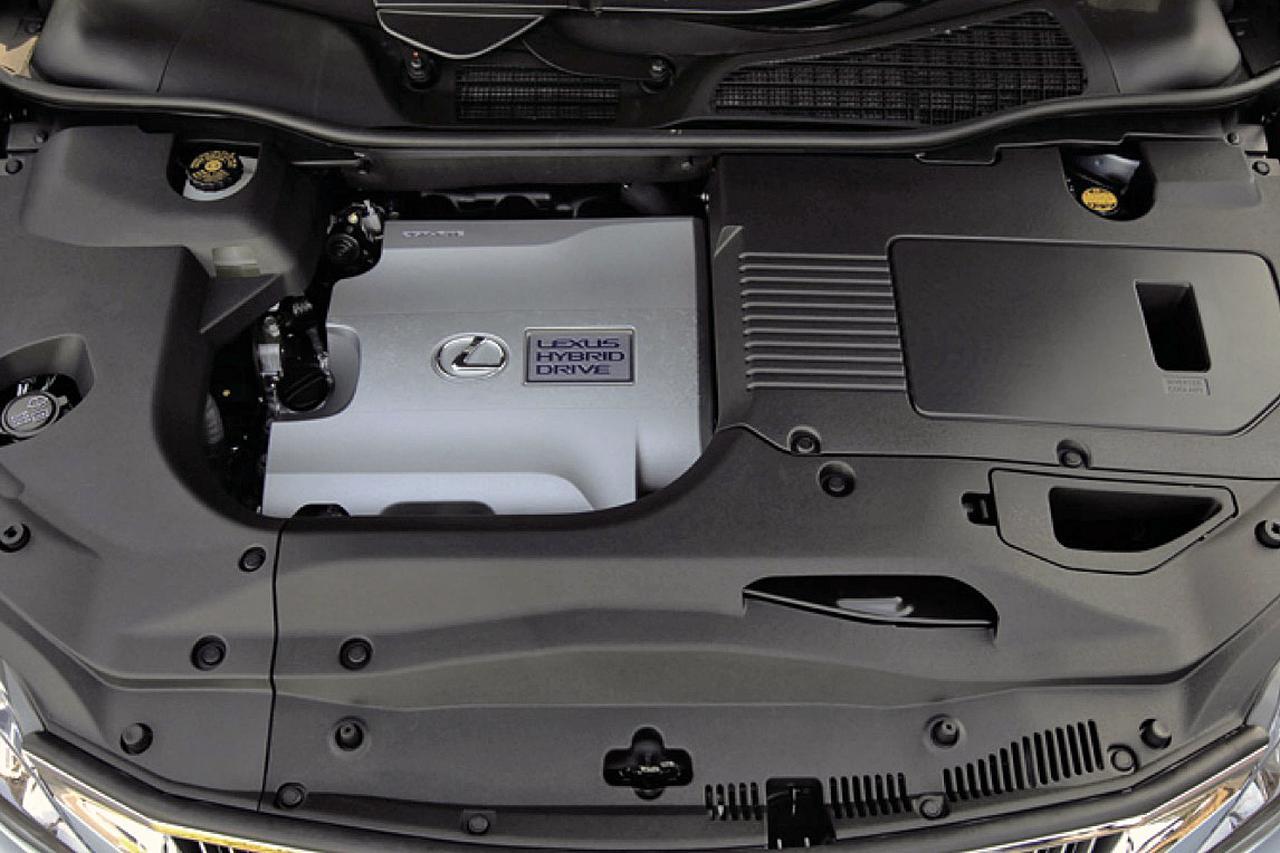 画像: ハイブリッド車のエンジンルームもヘッドカバー部分を除いて、ほとんどが覆われている。