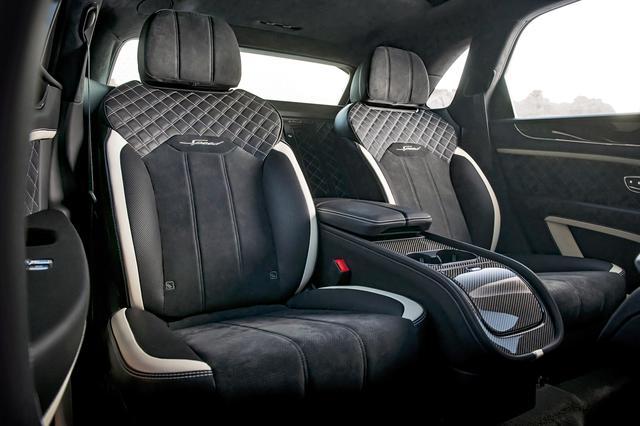 画像: 前後席ともシートバックには「Speed」の文字が刺繍で入れられている。
