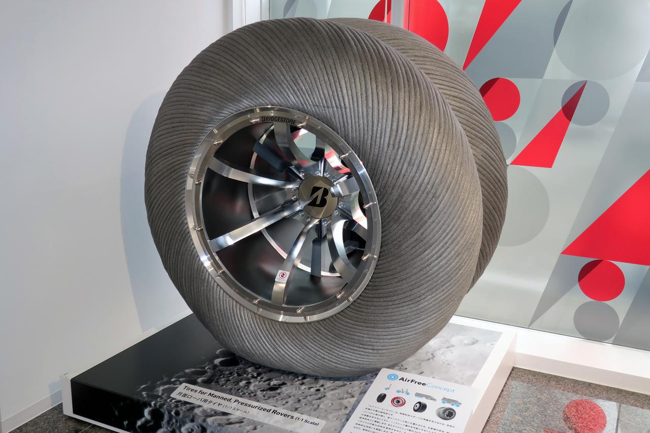 画像: JAXAとトヨタが開発中の月面探索車(ローバ)用のタイヤ。ゴムは使われておらず、金属などの特殊な素材でできており、重量は1本で約300kgもある。
