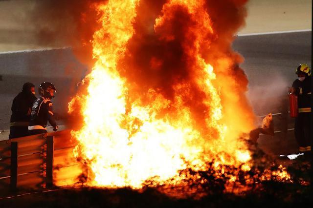 画像: スタートの混乱の中で、ロメイン・グロージャン(ハース・フェラーリ)がクラッシュ。激しく出火してレースはすぐに赤旗中断となった。