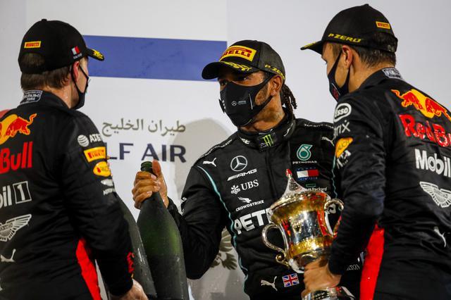 画像: 優勝のハミルトン(中央)と、揃って表彰台にあがったレッドブル・ホンダのフェルスタッペン、アルボン。