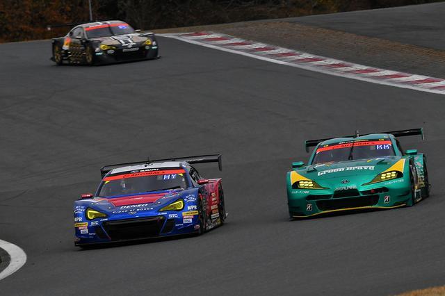 画像: 61号車BRZと52号車スープラは前日の予選でしのぎを削り、それは決勝でも続く。