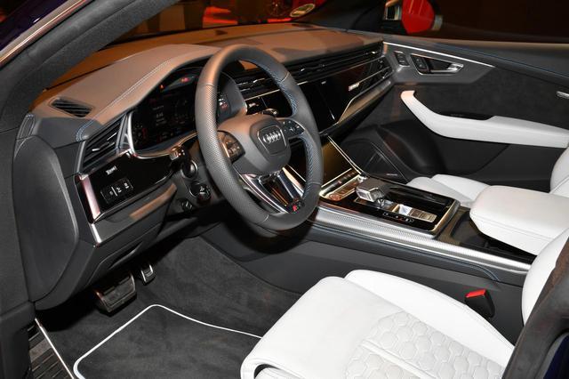 画像: SUVとクーペのクロスオーバーSUVQ8をベースにしたRS Q8。スポーツシートを採用し、日本仕様は左ハンドルだけでなく右ハンドルも選択できる。