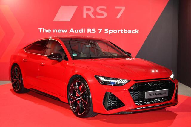 画像: 4ドアクーペのA7スポーツバックをベースにしたRS7スポーツバック。駆動方式はフルタイム4WDで、セルフロッキング ディファレンシャルやリアスポーツディファレンシャルを標準装備する。