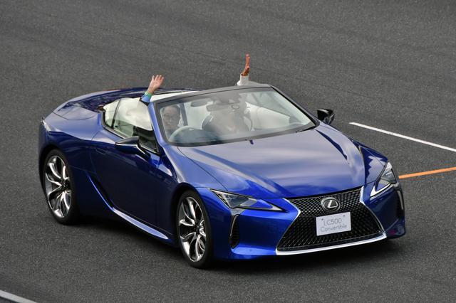 画像: モリゾウこと豊田章男 トヨタ自動車社長もレクサスLC500コンバーチブルを運転して参加した。撮影:井上雅行(モーターマガジン社)