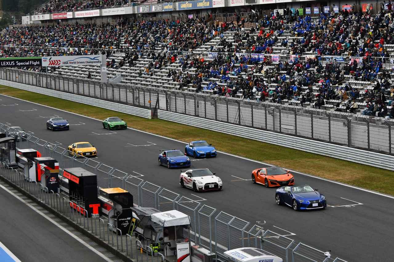 画像: 富士スピードウェイのホームストレート上に並んだ各メーカーのスポーツカー。撮影:井上雅行(モーターマガジン社)