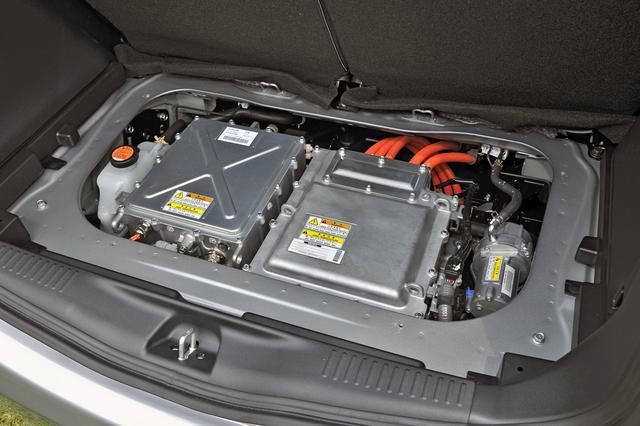 画像: リアのラゲッジスペース下に収まるモーターは、エンジン車の i ターボと同等の最高出力と約2倍の最大トルクを発生する。