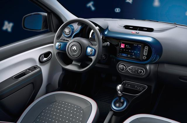 画像: ダッシュボードやエアコンベゼルなどにはブルーのトリムが配される。