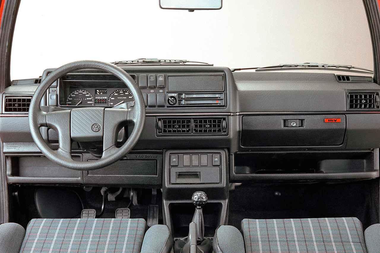 画像: ゴルフ2 GTIのコクピット。ゴルフボール型シフトノブや、チェック模様のシートが継承されている。