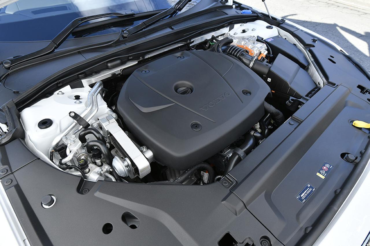 画像: 2L直4DOHCのエンジンはターボとスーパーチャージャーで過給。さらに前後に電動モーターも備えて4WDを構成している。