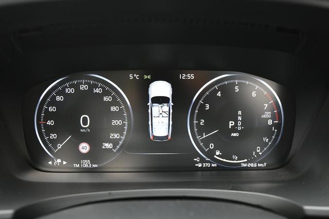 画像: 積雪路ではコンスタントAWDモードを選択した。右のタコメーターの中央にそのときのモードが表示される。バッテリー残量計は、EV走行可能距離がーー(ゼロ)表示にもかかわらず少しだけのバーが残っているように見える。