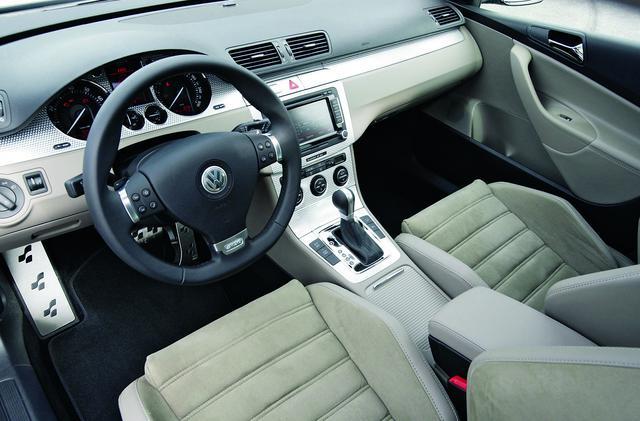 画像: Rモデルの公式に則った仕上がり。VWインディビデュアル社製らしく凝ったインテリア。