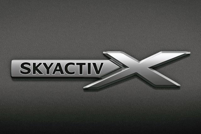 画像: フロントフェンダーに付けられる「e-SKYACTIV X」専用のバッジ。