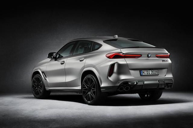 画像: BMW X6 M ファーストエディション。ボディカラー、BMW Individualフローズンダークシルバー。Mカーボン リア スポイラーを装備。