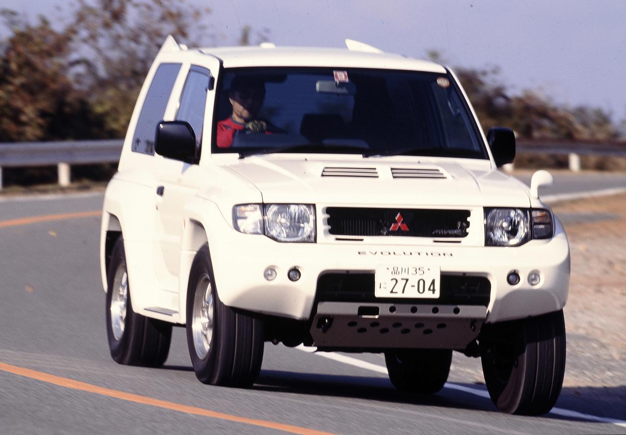 画像: 1997年9月22日、ラリーで得た技術を市販車にフィードバックした「パジェロ エボリューション」を発表。大型の前後バンパーに迫力のオーバーフェンダー、エンジンは280psまでパワーアップされた3.5L V6 MIVEC エンジンを搭載した。