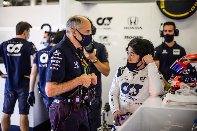 画像: アルファタウリ・ホンダのフランツ・トスト代表(左)が角田の走りを高く評価したと言われる。