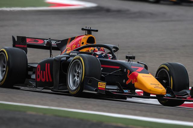 画像: 角田裕毅は今季2020年、ルーキーとしてカーリンからFIA F2に参戦。Red Bullカラーのマシンを操り、第1戦・第2戦のフリー走行でいきなりトップタイムを記録して周囲を驚かせた。