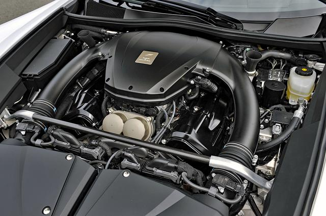 画像: 熟練の職人が全工程をひとりで組み上げる究極のハンドメイド エンジン。V8より低く、全幅と全長は同じくらいコンパクトだ。