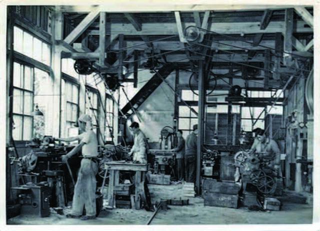 画像: 創業当時の作業風景。当時が京都 東寺の五重塔が遠望できる場所に工場があった。
