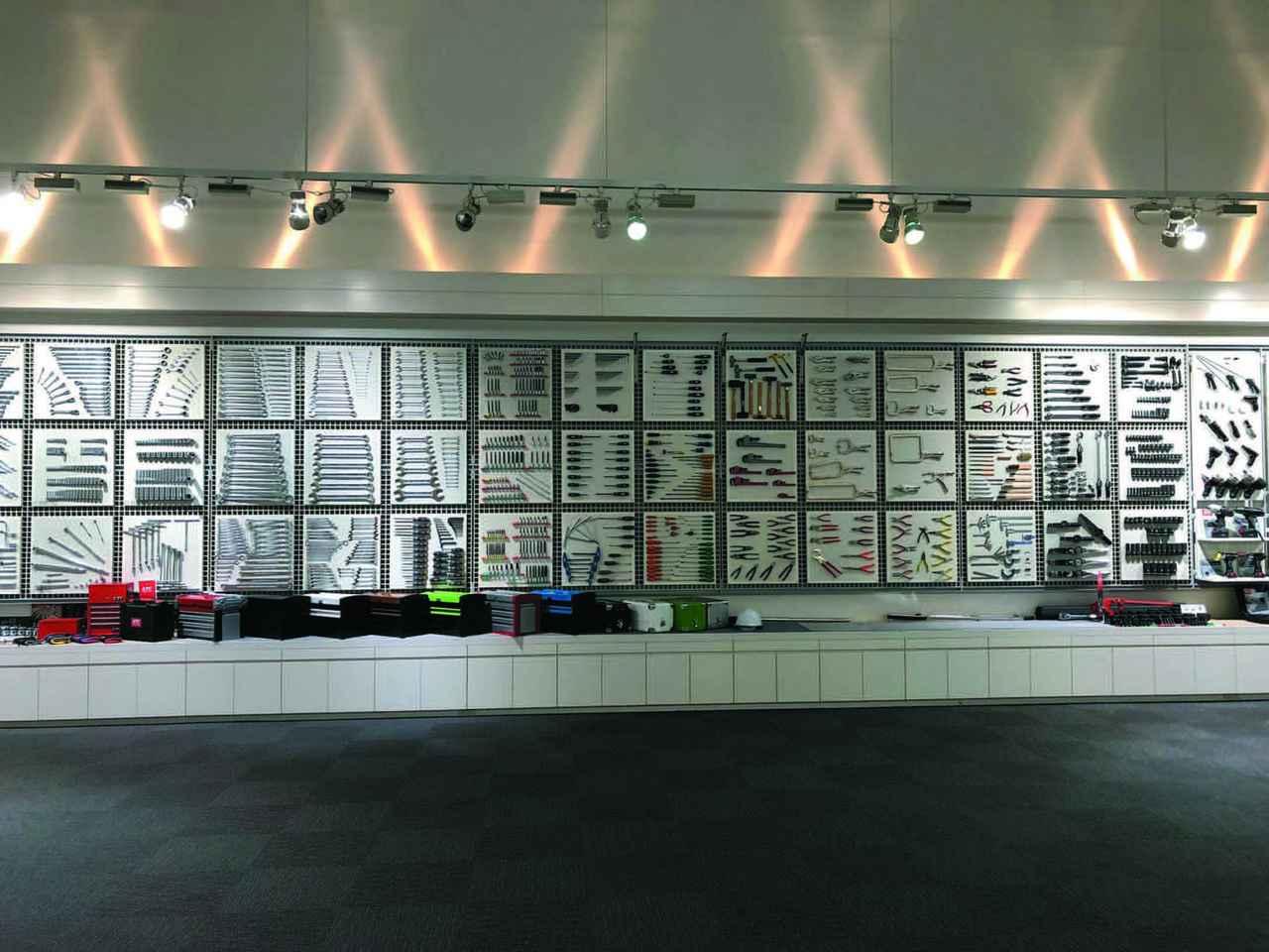 画像: 「KTCものづくり技術館」の壁一面にディスプレイされた多くの工具には圧倒される。KTCの製品数は1万2000点以上あり、これはほんの一部である。