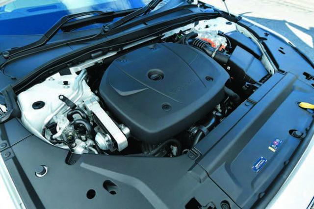 画像: T8は、フロントに積まれるのは2L直4ターボ+スーパーチャージャー+電気モーター。リアは電気モーターで駆動。