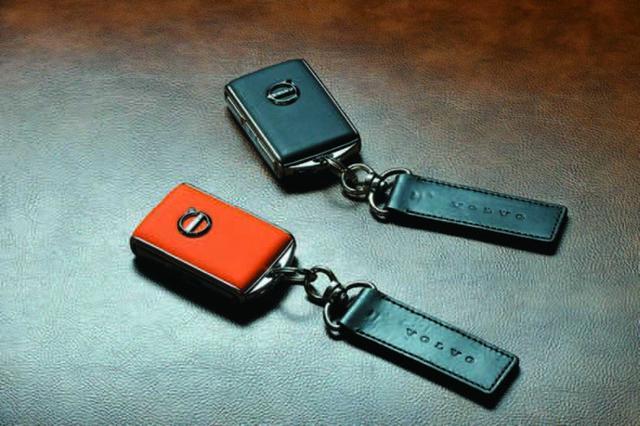 画像: 21年モデルからボルボは通常のキーの他に任意の最高速度を設定できるケアキー(オレンジ)も採用。