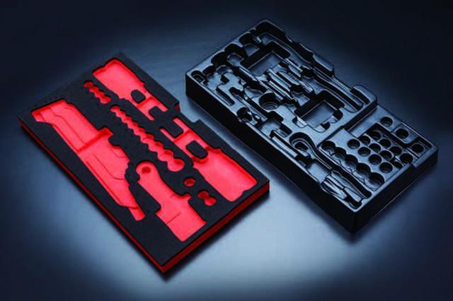 画像: 右が硬化プラスチックタイプの発泡トレイ。左が今回多くのセットに採用された発泡樹脂の収納トレイだ。