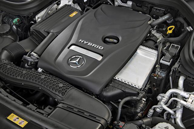 画像: 2Lの直4ターボエンジンに、リチウムイオンバッテリーとモーターを組み合わせる。