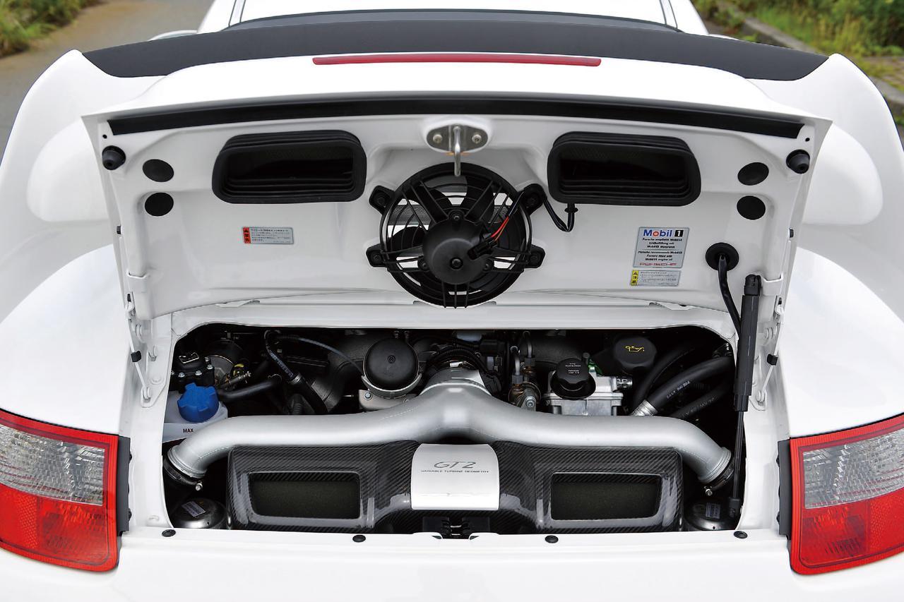 画像: GT2のエンジンは911ターボ用をベースに大型化したコンプレッサーとタービン内のエアフローを最適化、空気の振動原理を吸気サイクルに活用して混合気温を低く抑えるエクスパンションインテークマニホールドも採用している。これにより燃費は最大15%向上したという。
