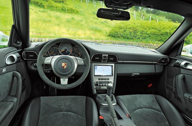 画像: 911 GT2のインテリア。ステアリングホイール、シフトレバー、パーキングブレーキレバーのノブ、スポーツバケットシートなどに、GT3と同じアルカンターラ素材を採用。