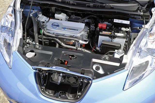 画像: パワーユニット系はフロント部に配置。充電コードが接続されている状態を運転席からもわかりやすくするため、充電口はノーズ部に設定。