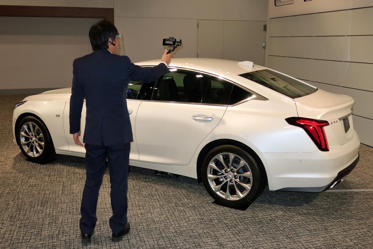 画像: プロダクト エキスパートが動画を撮影しながら、オンラインで車両の概要を紹介してくれる。
