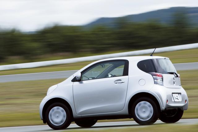画像: 軽自動車よりも短いボディに4人乗車を可能とした高効率パッケージングが大きな特徴のトヨタiQ。小さいとはいえ高い質感を備えているのも注目ポイント。