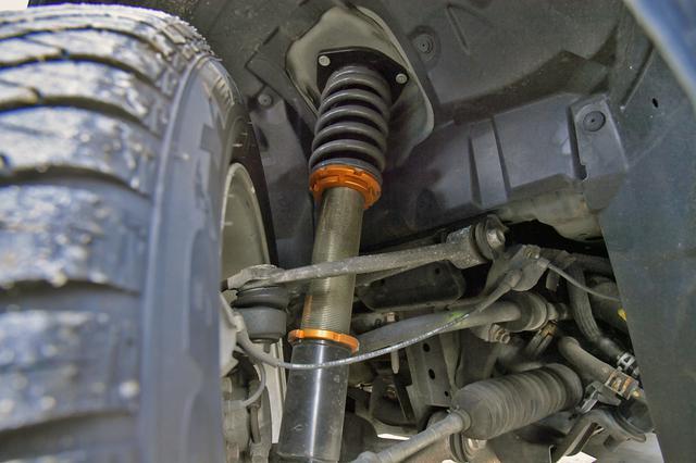 画像: フロントのサスペンション。車高はノーマルの+8cm〜−2cmくらいの調整が可能だ。