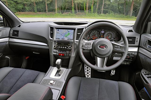 画像: 260km/hスケールの速度計や赤ステッチ入りのステアリング、さらに専用インパネ加飾なども装着。トランスミッションは5速ATと6速MTが選べ、しかも同価格。