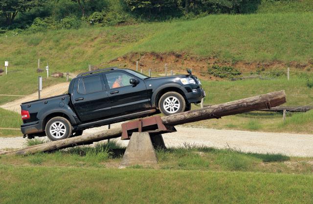 画像: エクスプローラーのボディ後半を荷台にした「スポーツトラック」。XLTほか、80台限定で4.6L V8モデルも設定。