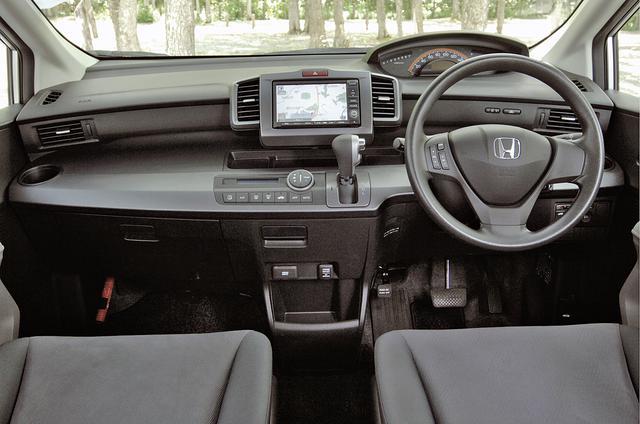 画像: インパネまわりの基本デザインはフリードと変わらない。トランスミッションはFFではCVTだが4WDでは5速ATとなる。