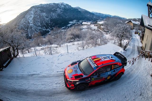 画像: 3位に入ったティエリー・ヌーヴィル(ヒュンダイ i20クーペ WRC)。なんとかトヨタの表彰台独占を阻止した。このほか、ヒュンダイはダニエル・ソルドが5位。