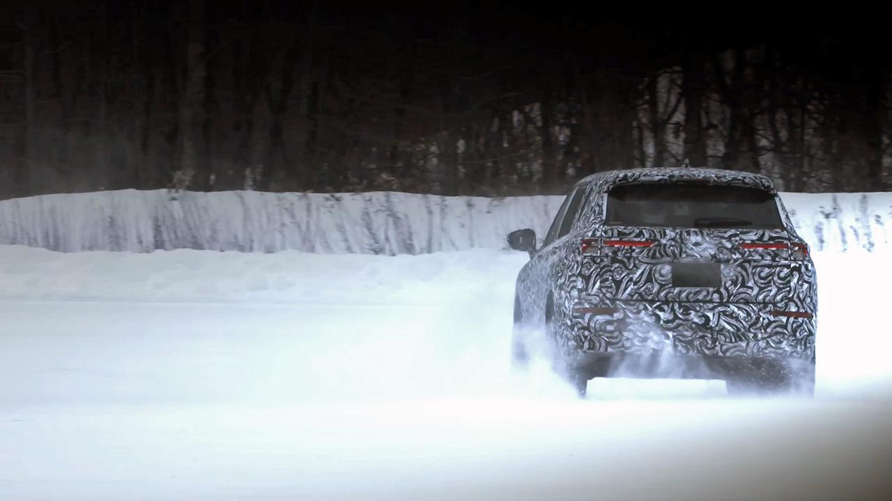 画像: 雪原でテスト走行中の新型アウトランダー。