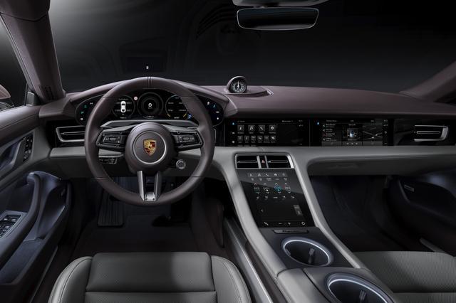 画像: ドライバーオリエンテッドなインテリアデザイン。センターコンソールに10.6インチのディスプレイが装着される。