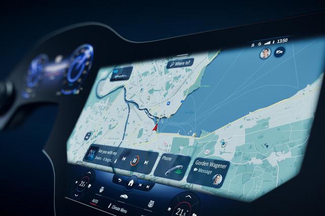 画像: 次期型MBUXハイパースクリーンに搭載されるメルセデス・トラベルナレッジは、地図情報、車載カメラで撮影した自車周辺の状況から、地域の建物データや観光名所を案内してくれる。