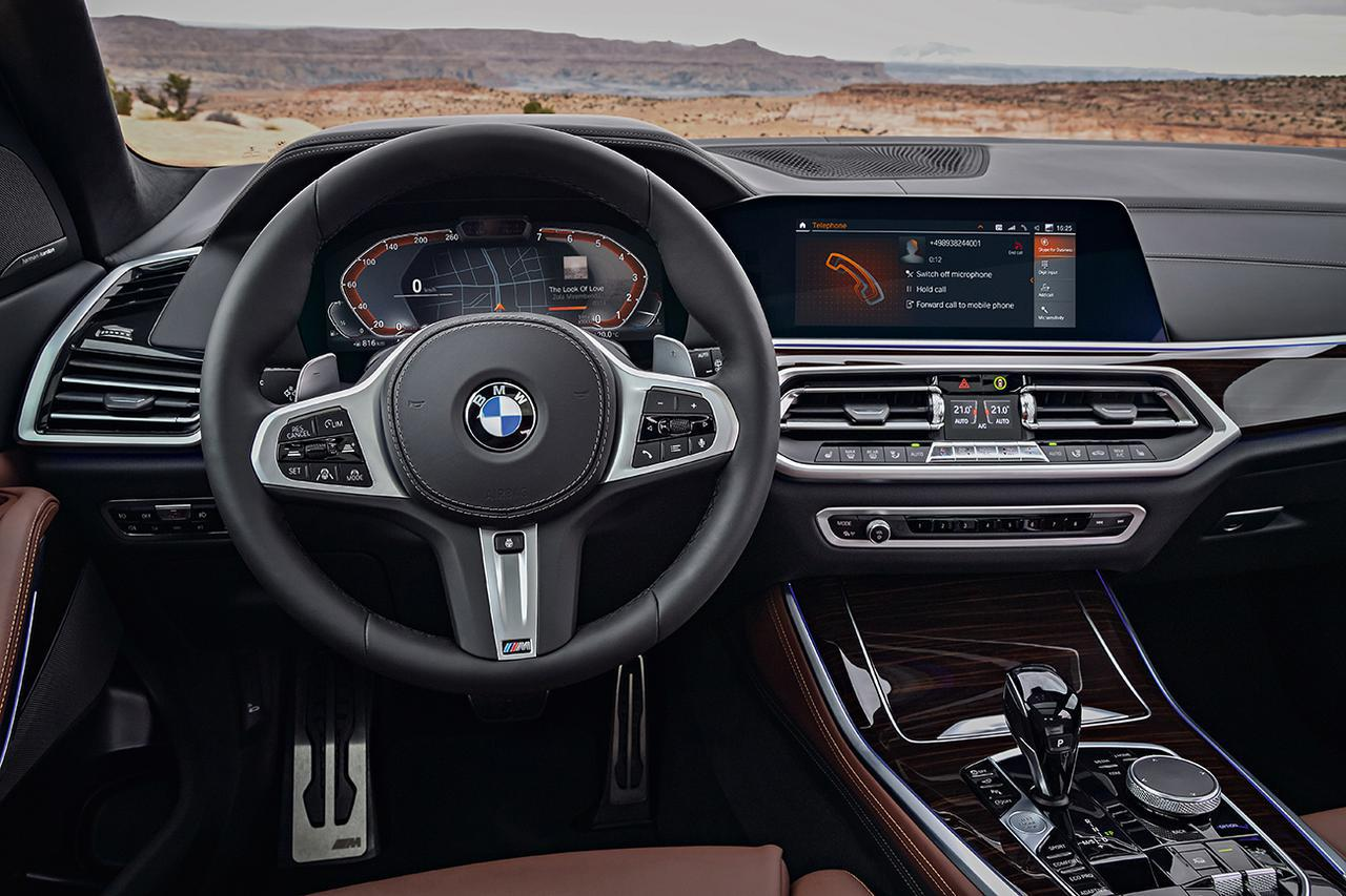 画像: BMW iDriveのモニターはBMW伝統のT字型インパネの中央に設置される。メーターフードの高さ内に留まり、前方の見切りの邪魔にならない。