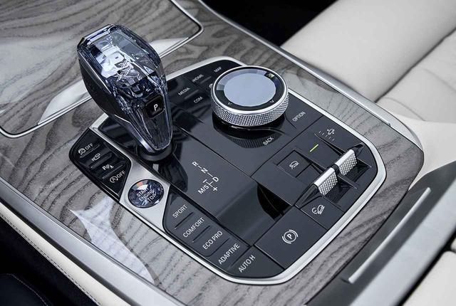 画像: 運転席周りのボタンの集約化を進めたBMW iDriveのiDriveダイヤル。センターコンソール上の、人間工学に基づいた運転者に操作しやすい位置に設置される。