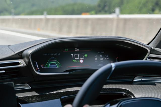 画像: ACC動作中画面。車線を認識し、508を車線内のどの位置を走らせるのかも設定可能。