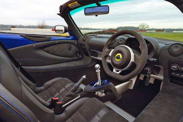 画像: エリーゼ スポーツ 240のインテリア。ステアリングは新デザインでフラットボトムを採用。シートのトリムとステッチパターンも新しくされている。