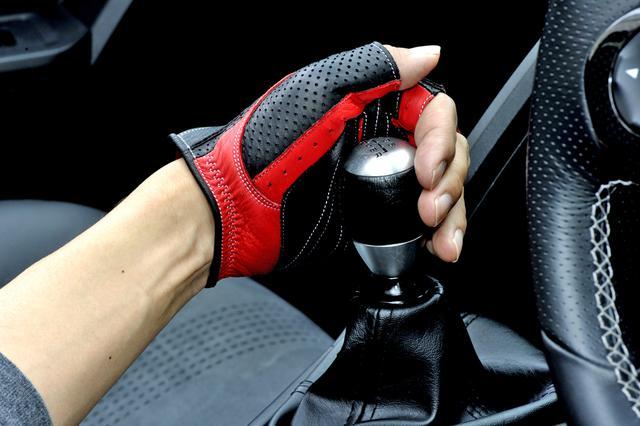 画像: ステアリングホイール操作だけでなく、的確なシフトワークにもドライビンググローブは効果を発揮してくれる。