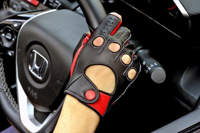 画像: 長時間のドライビングやスポーツドライビングには、やはりドライビンググローブは欠かせないアイテムだ。