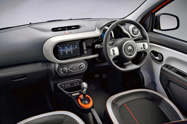 画像: シートの座面やステッチ、シフトまわりなど、インテリアにもオレンジ色のトリムがアクセントに入れられている。