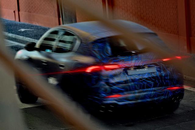 画像: ナンバープレートには「MMXXI」と記されている。スーパースポーツカー「MC20」が発表されたイベントは「MMXX」だったが…?